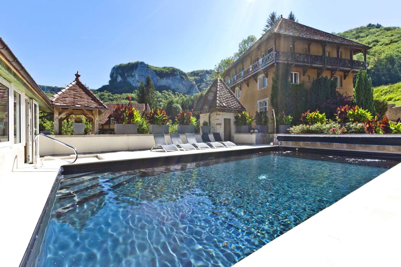 Hôtel Restaurant le Castel Damandre aux Planches près d'Arbois, avec la piscine au solei dans un cadre bucolique